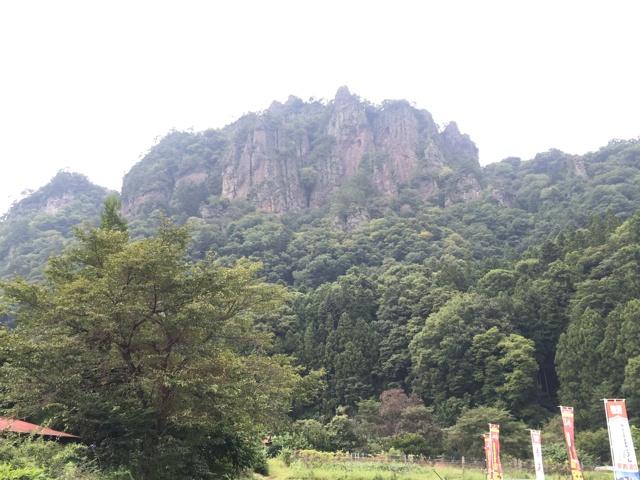 駐車場から望む岩櫃山